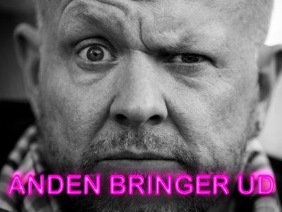 """""""ANDEN bringer ud"""" Et stand up show med Anders Matthesen. Fredag d.8. november kl.19.00 og 21.30 på Musikforeningen Bygningen i Køge"""
