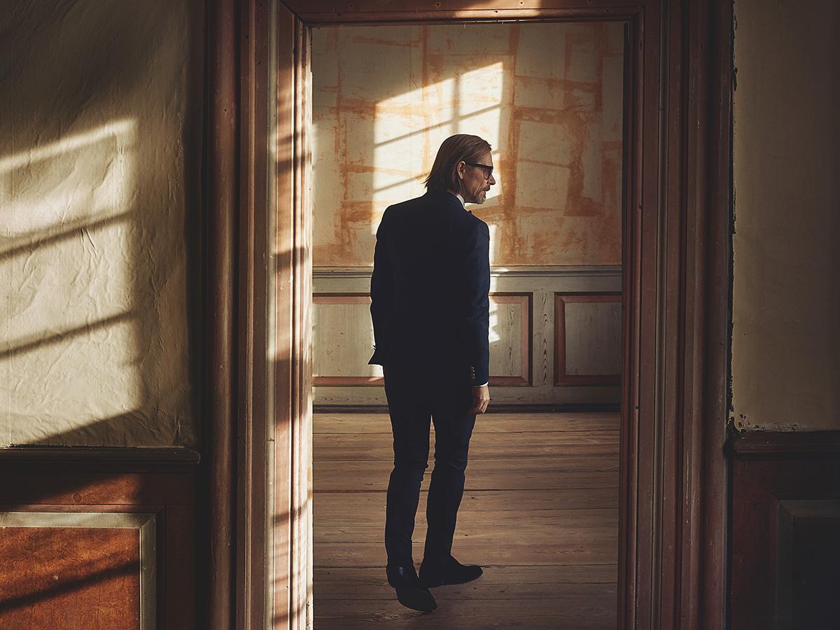 Claus Hempler tager på turne med kufferten fuld af smukke, danske sange og besøger Musikforeningen Bygningen i Køge, lørdag d. 1. februar kl. 20.00.